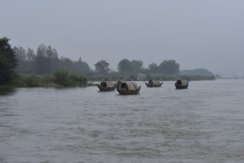 Bateaux de rivière et de pêche de Lishui images stock