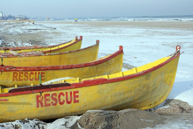 Bateaux de sauvetage sur la plage figée images stock