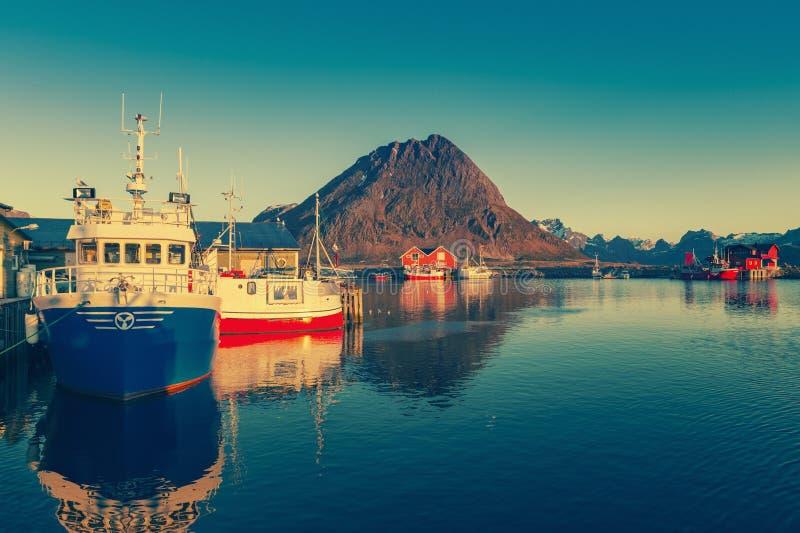 Bateaux de Shing dans le port au soleil de minuit en Norvège du nord, Lofote photographie stock libre de droits