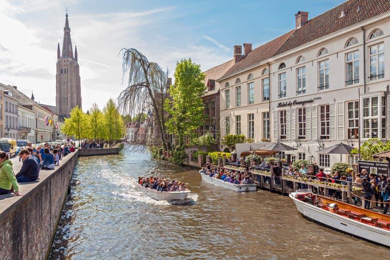 Bateaux de touristes à Bruges photographie stock libre de droits