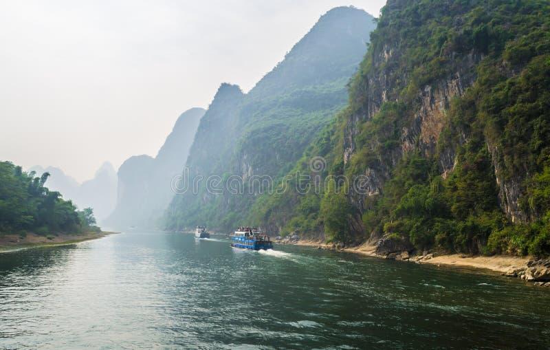 Bateaux de touristes avec des touristes voyageant l'itinéraire cenic le long de la rivière de Li images stock