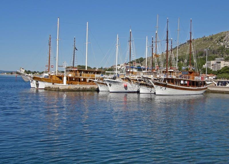 Bateaux de touristes dans le port Omis photo libre de droits
