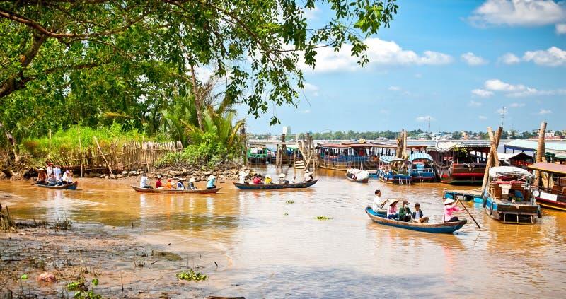 Bateaux de touristes en Ben Tre, delta du Mékong, Vietnam image stock