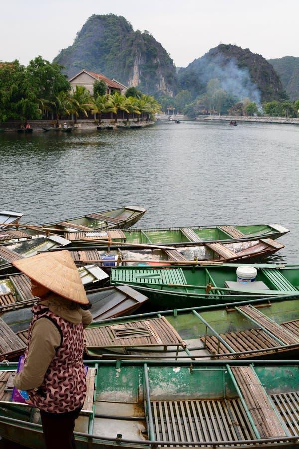 Bateaux de touristes sur la rivière de Ngo Dong Tam Coc Ninh Binh vietnam image stock