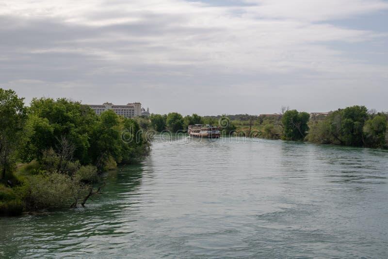 Bateaux de touristes sur la rivière de Manavgat dans le côté, Turquie photos libres de droits