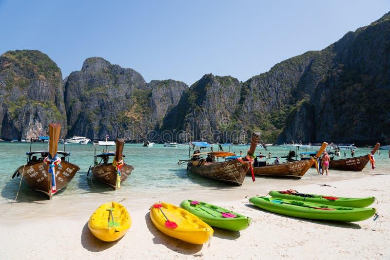 Bateaux de touristes sur le célèbre sur l'île de Phi Phi Leh photos libres de droits
