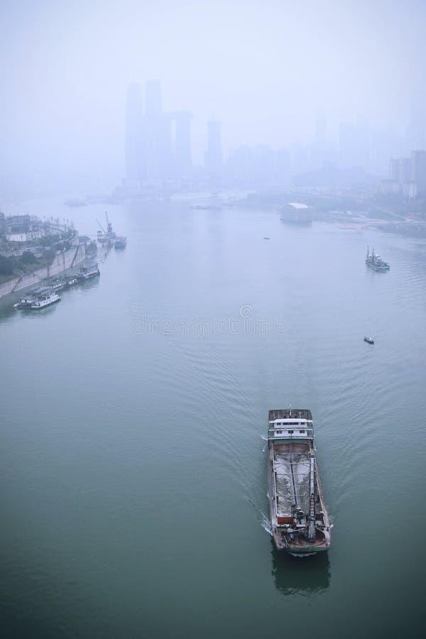 Bateaux de transport passant le fleuve Yangtze en brouillard photographie stock libre de droits