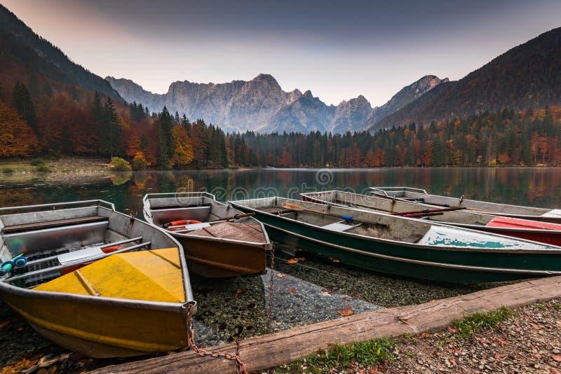 Bateaux de Turist aux lacs Fusine en Italie photos libres de droits