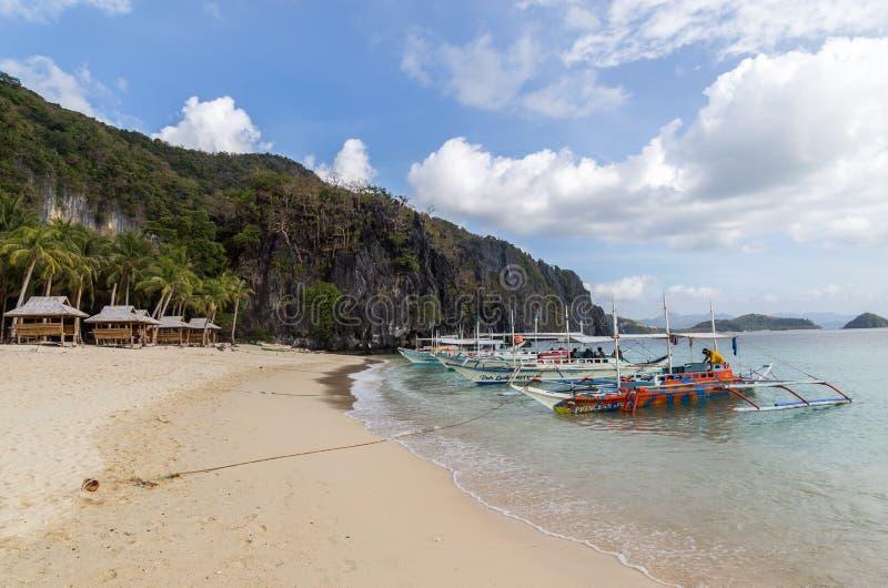 Bateaux de visite sur la plage tropicale photos libres de droits