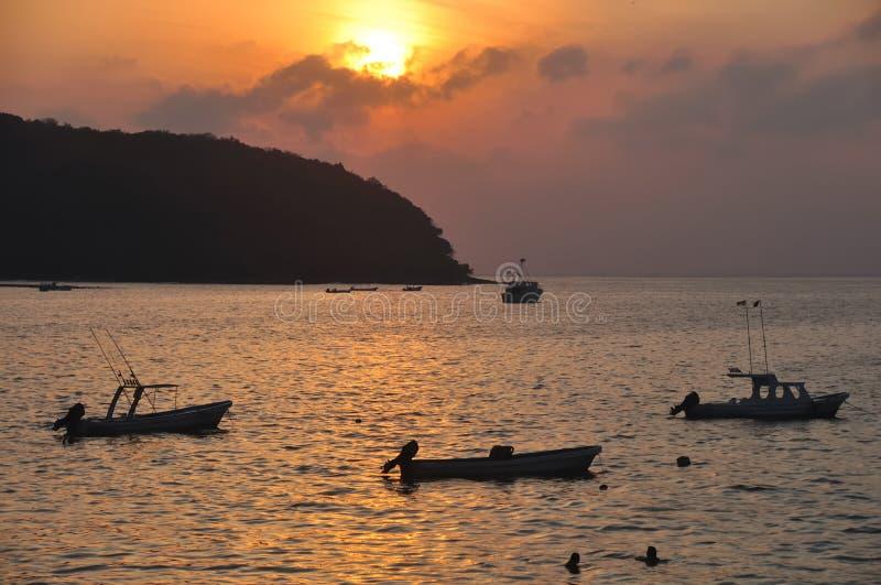 Bateaux de Zihuatanejo au coucher du soleil image libre de droits