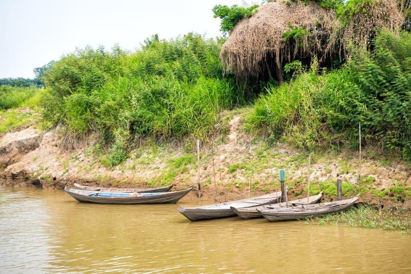 Bateaux en bois à l'amarrage sur la berge dans Santarem, Brésil images stock