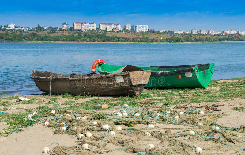 Bateaux en bois au rivage de Danube photos libres de droits