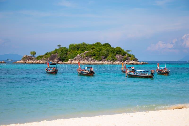 Bateaux en bois avec la belle mer à la mer bleue de Lipe Koh Thailand et au fond clair de paysage marin images stock