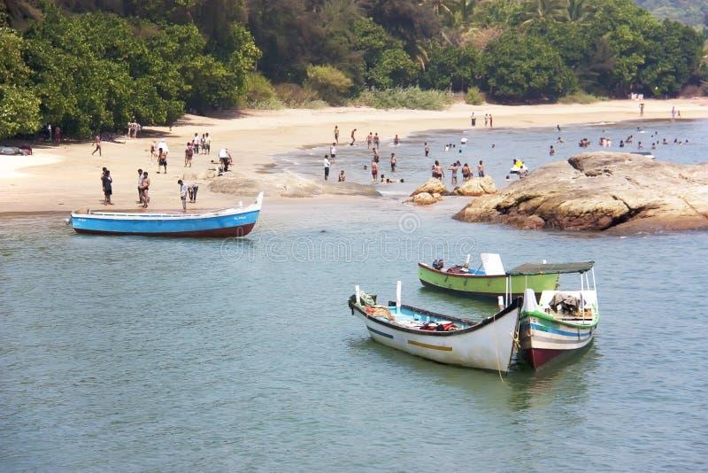 Bateaux en bois colorés sur la plage de l'OM dans Gokarna Karnataka, Inde image libre de droits