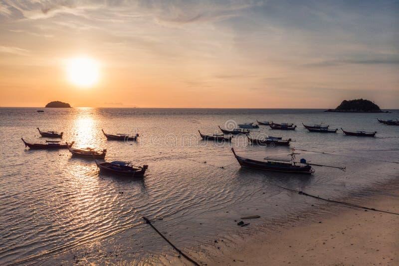 Bateaux en bois de long-queue sur la mer tropicale dans le matin de lever de soleil au lipe image stock