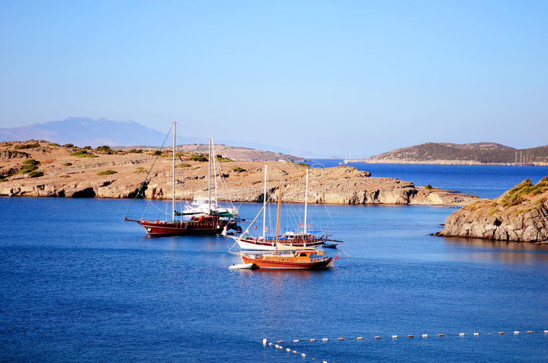 Bateaux en bois en mer bleue calme photographie stock libre de droits