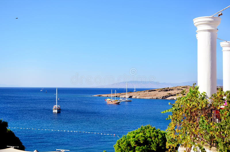 Bateaux en bois en mer bleue calme image stock
