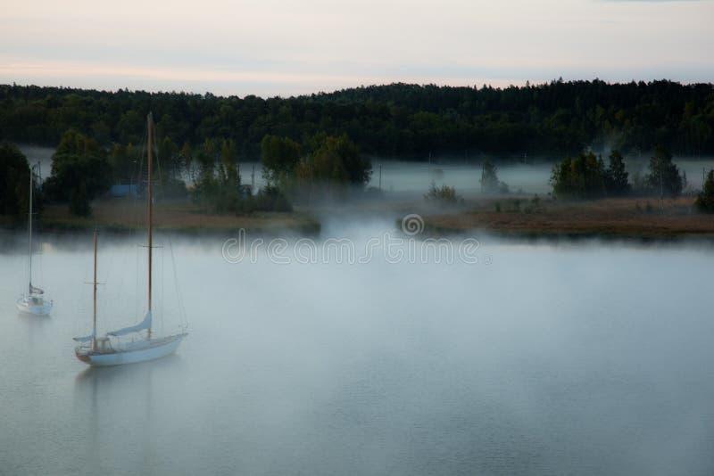 Bateaux en brume photo stock
