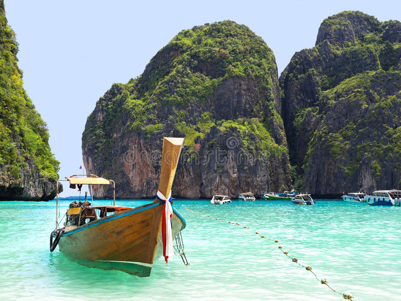 Bateaux en Maya Bay, Ko Phi Phi, Thaïlande image stock