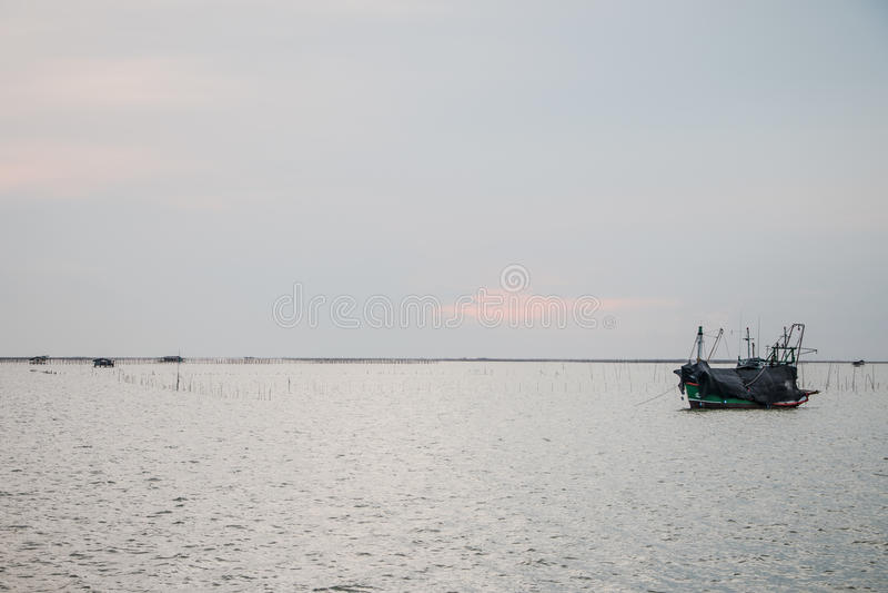 Bateaux en mer image stock