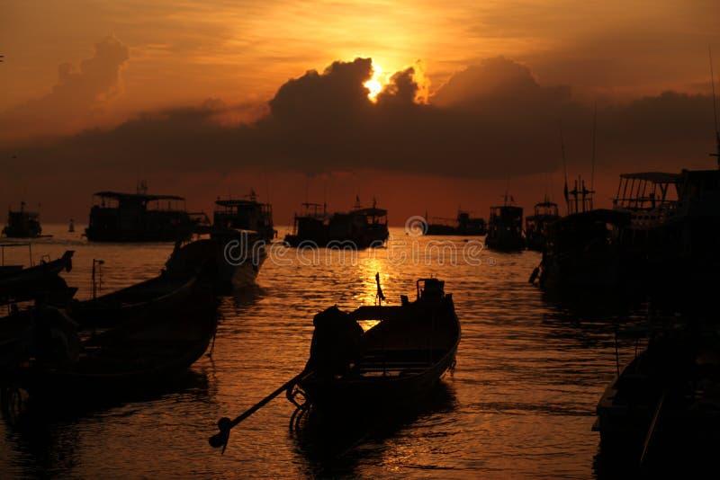 Bateaux en mer de coucher du soleil photos libres de droits