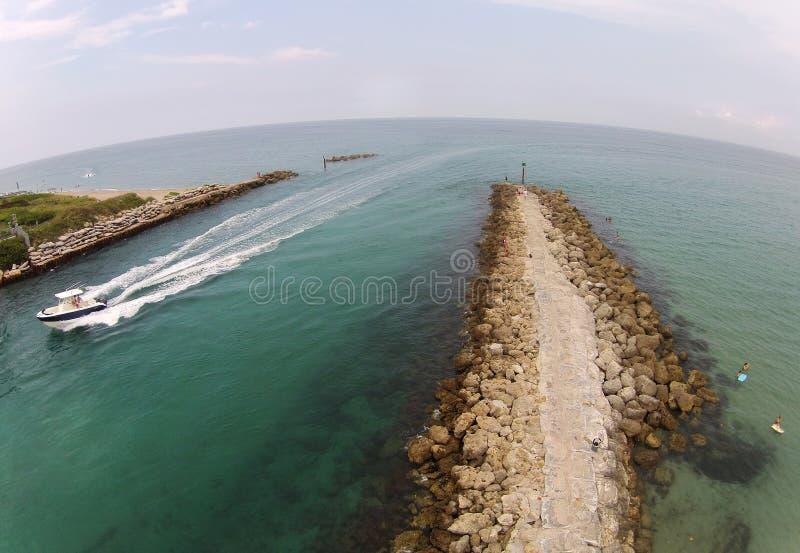 Bateaux entrant dans des voies d'eau par l'admission photos libres de droits