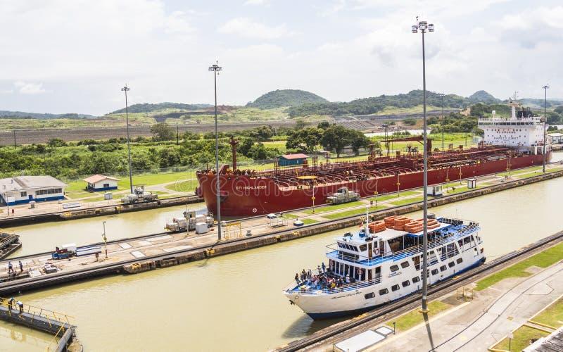 Bateaux entrant dans le canal de Panama image stock