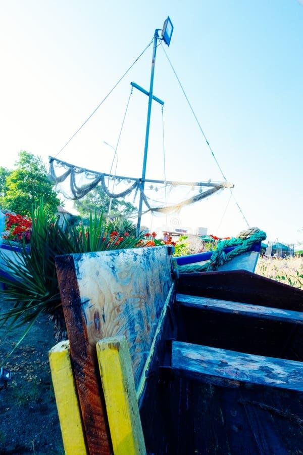Bateaux et bateaux abandonnés sur la terre employée pour décorer les rues et la côte photos stock