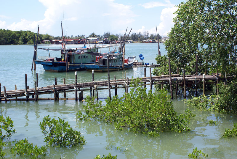 Bateaux et fleuve image stock
