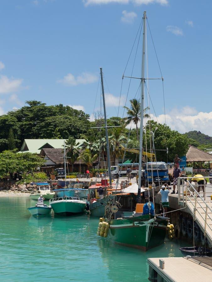 Bateaux et les gens dans le port, Seychelles image libre de droits