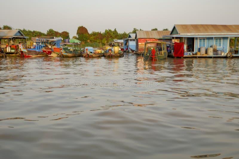 Bateaux et maisons dans le village de pêche se réjouissant du fleuve Tonle Sap au Cambodge images libres de droits