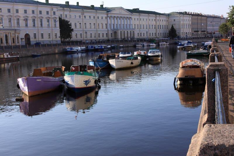 Bateaux et navires à vapeur de sommeil. Rue - Pétersbourg photo stock