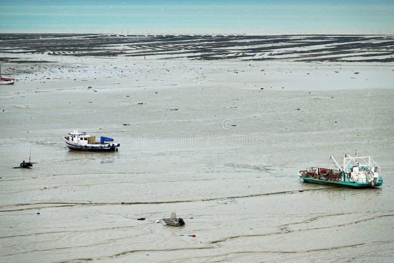 Bateaux et oysterbanks de Cancale de point de vue près de la mer dans les Frances image libre de droits