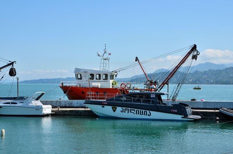 Bateaux et remorqueurs à la marina avec le port géorgien la Géorgie de Batumi de drapeau photos stock