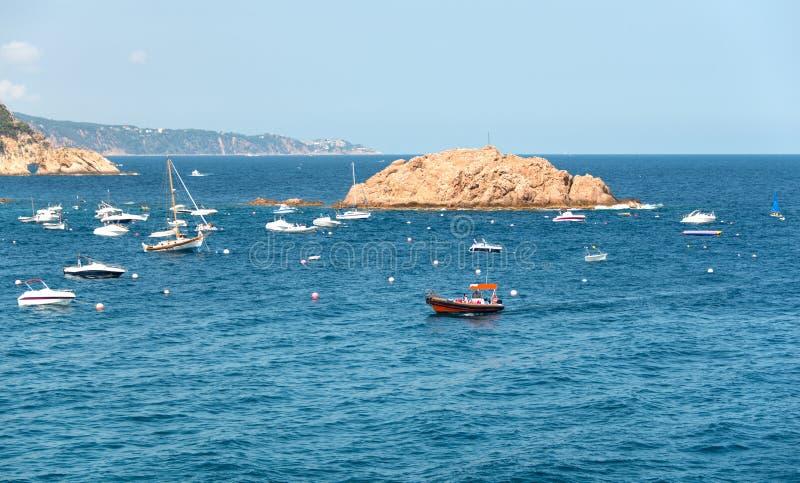 Bateaux et yachts amarrés photo libre de droits
