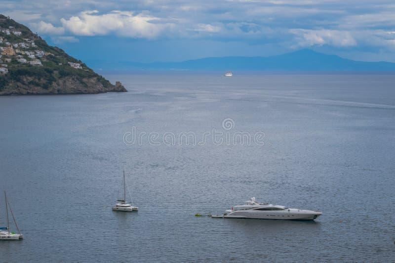 Bateaux et yachts de navigation dans le port de Positano, village de Cliffside, province de Salerno, la région de la Campanie, cô images stock