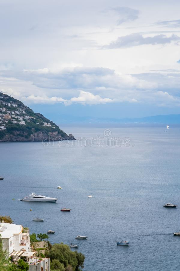 Bateaux et yachts de navigation dans le port de Positano, village de Cliffside, province de Salerno, la région de la Campanie, cô photo stock