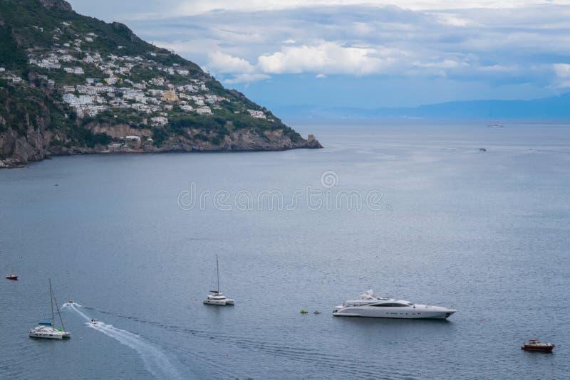 Bateaux et yachts de navigation dans le port de Positano, village de Cliffside, province de Salerno, la région de la Campanie, cô photographie stock libre de droits