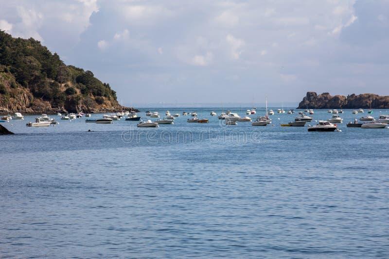 Bateaux et yachts de pêche amarrés dans la baie à la marée haute dans Cancale, ville célèbre de production d'huîtres Brittany, Fr photographie stock libre de droits