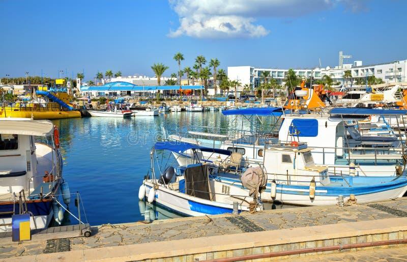 Bateaux et yachts de pêche dans le port d'Ayia Napa photos stock