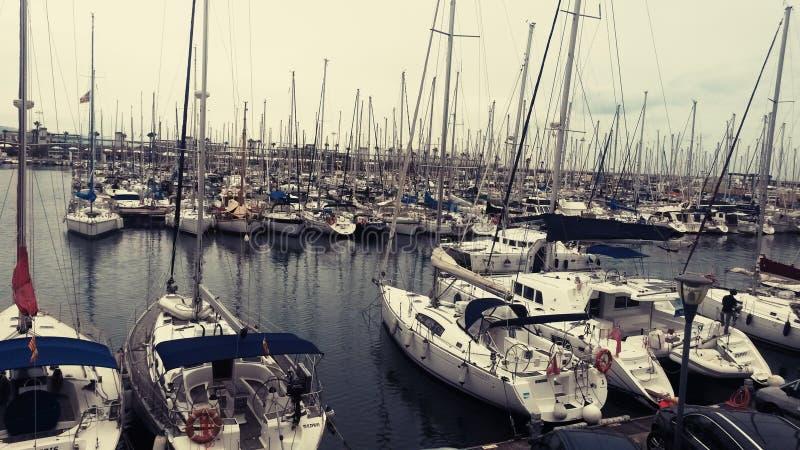 Bateaux et yachts sur l'eau à Barcelone octobre images libres de droits