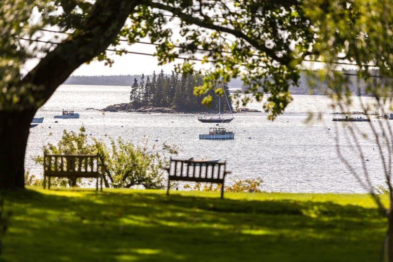 Bateaux flottant dans la baie photographie stock