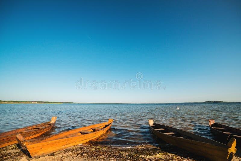 bateaux ?galisant le lac N?pal en bois Rivage de lac summer Vieux bateaux de p?che dans le matin ensoleill? Beau paysage photos libres de droits