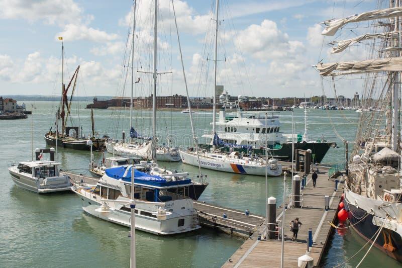 Bateaux grands à Portsmouth, Hampshire, Angleterre photos stock