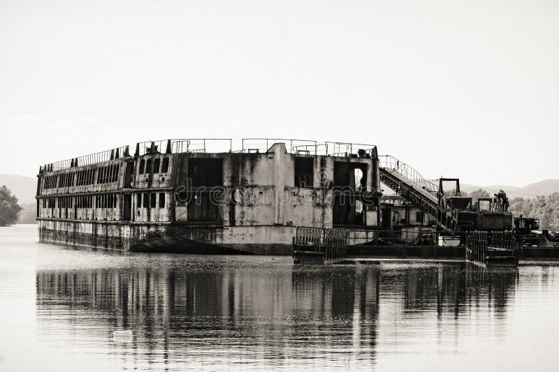 Bateaux industriels endommagés à la baie photographie stock