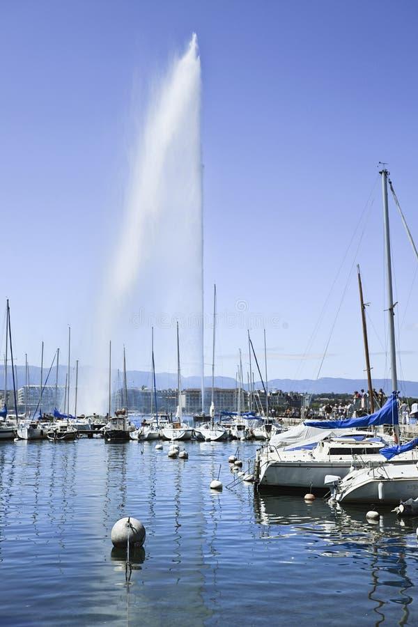 Bateaux luxueux et yachts ancrés dans le Lac Léman, Suisse images stock