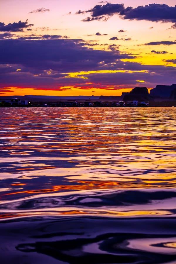 Bateaux-maison accouplés au crépuscule en Wahweap Marina View de l'eau colorée image stock