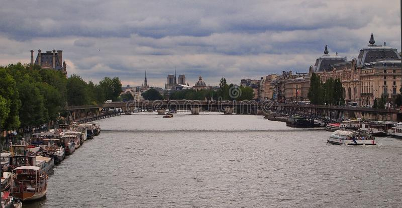 Bateaux-maison accouplés le long de la Seine, Paris, France images libres de droits