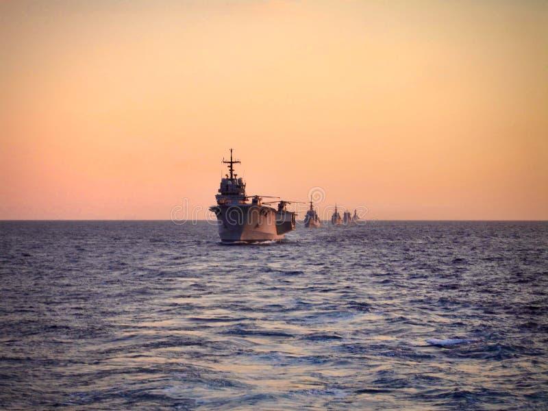 Bateaux militaires italiens en mer image stock