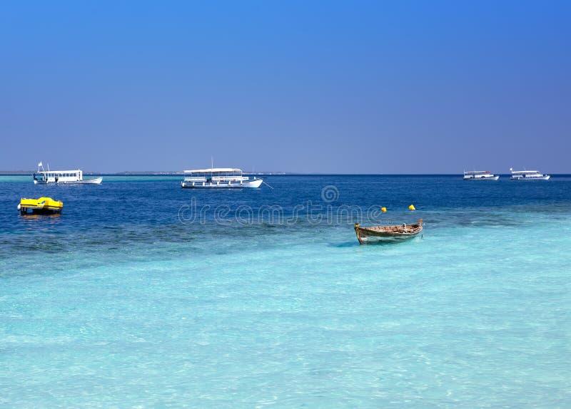 Bateaux modernes traditionnels de dhoni et le vieux bateau en bois vers la mer, Maldives images libres de droits